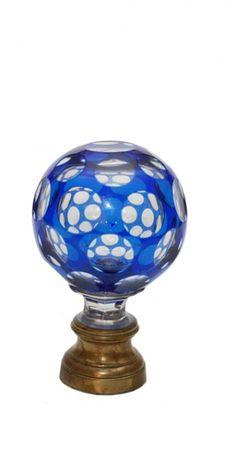 BACCARAT - Pinha de cristal azul cobalto e incolor. 18 cm. Base R$ 1.500.00 / 2.500.00