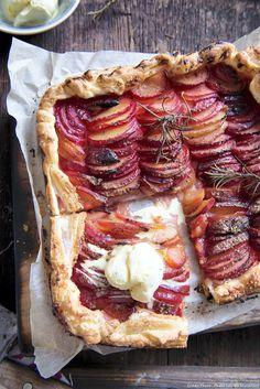 Tarte fine aux prunes, cannelle et glace vanille
