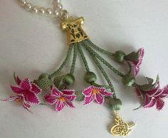 Aksesuarlı pembe çiçekli bayan iğne oyası takı modeli