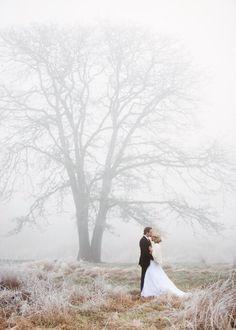 Foto lindo dos noivos em um dia nublado #casamentonoinverno