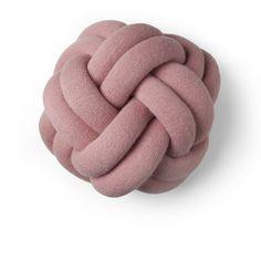 Coussin Noeud Rose - Inspiré des noeuds réalisés par les scouts, ce coussin design révèle une forme atypique et malléable qui invite autant à l'expérience visuelle que tactile. Cette curieuse création, faite de tubes en tissu rembourrés, ponctuera votre intérieur d'un moelleux étonnant et d'une touche de couleur. À poser sur un canapé ou sur un lit, ce coussin mise sur la surprise et le confort : c'est un accessoire décoratif efficace dans l'habitat contemporain !