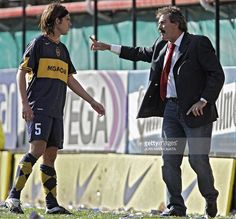 Boca Juniors' head coach Ricardo La Volpe (R) gives instructions to Fernando Gago during the match against Godoy Cruz from Mendoza, for the Apertura tournament at the Bombonera stadium in Buenos Aires, 17 September 2006. AFP PHOTO/Juan MABROMATA