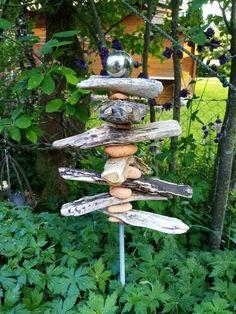 Stele aus Treibholz und Kieselsteinen Stele, Bird, Outdoor Decor, Home Decor, Driftwood, Decoration Home, Room Decor, Birds, Home Interior Design