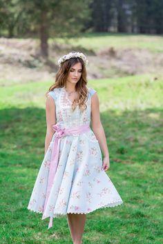 Wild-romantische Almhütten #Hochzeit auf der Maisalm / Aschau im Chiemgau. Photo by   #Brautdirndl: Tian van Tastique I  #Dirndltasche: Wiesn Tascherl Fotografie: Natascha Grunert