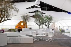 Arco art fair is the international meeting poing of contemporary art in Madrid. This year, Emmanuel Romero Architect has conceived the VIP area. A concept all in white & lightness to suit STUA's furniture collection. Office Interior Design, Office Interiors, Sala Vip, Chair Design, Furniture Design, Conference Chairs, Swivel Chair, Furniture Collection, Innovation Design