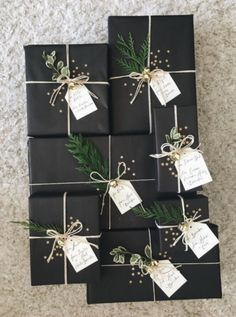 27 Free & Gorgeous DIY Christmas Gift Wrapping in 5 Minutes — remajacantik Beautiful & super easy DIY Christmas gift wrapping ideas, using upcycled brown paper & free natural materials to create festive designs that everyone loves! Noel Christmas, Winter Christmas, Christmas Crafts, Christmas Ideas, Christmas Gift Decorations, Elegant Christmas, Christmas Centerpieces, Christmas Stairs, Christmas Boxes