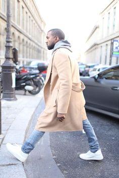 Acheter la tenue sur Lookastic:  https://lookastic.fr/mode-homme/tenues/pardessus-brun-clair-sweat-a-capuche-gris-jean-skinny-bleu-clair-baskets-montantes-blanc/3909  — Sweat à capuche gris  — Pardessus brun clair  — Jean skinny bleu clair  — Baskets montantes en cuir blanches