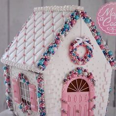 Gingerbread House Ideas For Add Christmas Decor Preparing some house decor for Christmas season always a fun activity. Therefore, many people loves to do it at end of the year. Furthermore, the children Gingerbread House Designs, Gingerbread House Parties, Gingerbread Village, Christmas Gingerbread House, Christmas Sweets, Pink Christmas, Christmas Goodies, Christmas Baking, Christmas Crafts