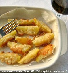 Un contorno strabuono e semplicissimo:patate al forno con parmigiano e fatte dorare in forno..mmmhhh un contorno facile e tanto gustoso!