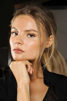 Pinner said: magdalena frackowiak + glowing skin + sheer bronze eye + sheer nude lip Beauty Make-up, Fashion Beauty, Beauty Hacks, Hair Beauty, Beauty Tips, Dewy Skin, Model Face, Models, Up Girl