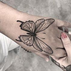 Hand Tattoos for Women . Hand Tattoos for Women . Pfau Tattoo, Botanisches Tattoo, Card Tattoo, Tattoo Outline, Leg Tattoos, Body Art Tattoos, Girl Tattoos, Sleeve Tattoos, Pretty Tattoos