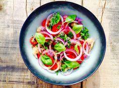 Panzanella is een Toscaanse broodsalade, gedrenkt in wat olijfolie, sappige tomaten en op smaak gebracht met komkommer, kruiden en een lekkere vinaigrette.