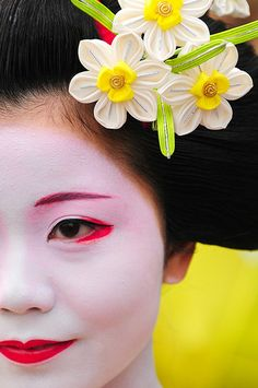 Maquillaje perfecto y delicadas flores en sofisticado peinado.