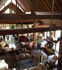 Los travesaños de madera y los muebles tropicales de estilo colonial absorben las resonancias que algunas veces se producen en las casas amplias y de techos altos como los lofts.