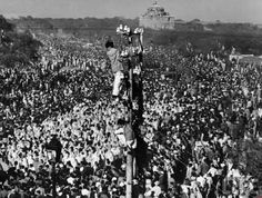<p>Mourners climb high to view the funeral procession of Mahatma Gandhi in 1948.</p> - Purpleclover.com