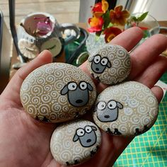 Photos and Videos Painted Rock Animals, Painted Rocks Craft, Hand Painted Rocks, Rock Painting Patterns, Rock Painting Ideas Easy, Rock Painting Designs, Pebble Painting, Pebble Art, Stone Painting