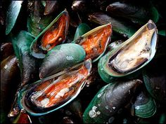 Hoy Ma-lang-poo Pad Num Prik Pao หอยแมลงภู่ผัดน้ำพริกเผา (Stir Fried Green Mussels with Roasted Chillie Paste)