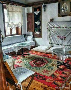 Eskiden evlerimizde sedirlerimiz vardı, Şimdi ise; tozlarını almaktan yorulduğumuz, fuzuli mobilyalar...