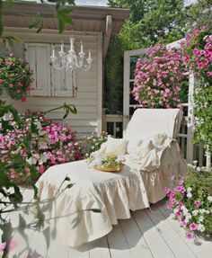 Junk Chic Cottage: Garden Sanctuary and New Lounge Chair Slipcover I love this shabby-chic look so simple yet so elegant-i could spend hours in this lounge chair. Junk Chic Cottage, Shabby Chic Homes, Shabby Chic Decor, Cottage Style, Shabby Chic Patio, French Cottage, French Country, Outdoor Rooms, Outdoor Living