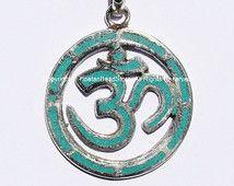 Om Sanskrit sculpté Aum Ohm Mantra argenté tibétain Pendentif avec incrustation de Turquoise - OM Yoga bijoux - WM1863
