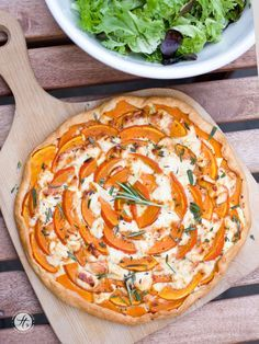 Schnelle Kürbis-Ziegenkäse Tarte mit Honig & Rosmarin – feiertäglich…das schöne Leben - Comidas fáciles - Las recetas más prácticas y fáciles Pumpkin Recipes, Veggie Recipes, Vegetarian Recipes, Cooking Recipes, Healthy Recipes, Pizza Recipes, Quiches, Honey Recipes, I Love Food