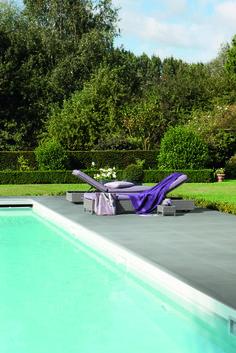 Voor het zwembad heeft de Kera Linea reeks de perfecte combinatie van tegels en zwembadboorden in het formaat 60 x 60 in de kleur Cream.