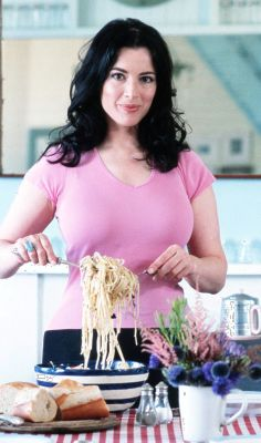 Nigella Lawson (One of my favorite chefs, along with Giada De Laurentiis. I wish I could cook as well as both of them! Divas, Giada De Laurentiis, Nigella Lawson, Sexy Older Women, Sexy Women, Tv Presenters, Chefs, Curves, Beautiful Women