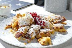 Der Tiroler Schmarrn mit Preiselbeeren aus Omas Küche ist seit eh und je eine beliebte Hausmannskost. Ein deftiges köstliches Rezept für die ganze Familie.