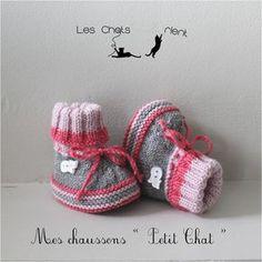 """Chaussons, chaussures, bottons bébé tricotés main """"Petit Chat"""", rose et gris, 0-3 mois  Chaussons tricotés à la main en laine qualité Phildar (Lambswool 51). Bordure de la  - 10540835"""