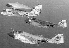 Grumman E-1B trazador (VCM-12) con dos intrusos A-6A de VA-75 se embarcó en la independencia de USS (CVA 62) - 1966 (Museo Nacional de la aviación nava