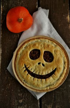 Quiche effrayante d'Halloween – That's Amore! Scary Halloween Quiche – That's Amore! Halloween Desserts, Postres Halloween, Easy Halloween Snacks, Soirée Halloween, Halloween Buffet, Hallowen Food, Halloween Food For Party, Halloween Cupcakes, Halloween Decorations