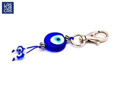 Llavero protección azul, Llavero elaborado con ojos turcos en vidrio fundido hechos a mano, hilo azul y accesorios plateados.