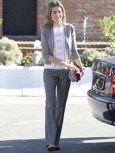El gris es uno de sus colores preferidos y todo un básico para el día a día. Letizia suele combinar pantalones de vestir con chaquetas de punto cuando no tiene que ir de etiqueta. Nos gustó... su top blanco calado.