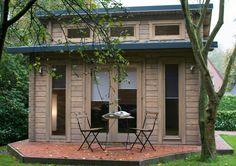 Klein aber fein: In diesem Pultdach Gartenhaus befindet sich ein gemütlicher Wohnraum - dann sogar mit eigener Terrasse.