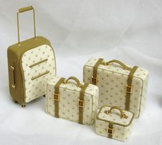 Luggage set 1 12 scale in leather and fabric Diy Barbie Furniture, Dollhouse Furniture, Miniature Crafts, Miniature Dolls, Polymer Clay Miniatures, Dollhouse Miniatures, Diy Barbie Clothes, Mini Craft, Barbie Accessories