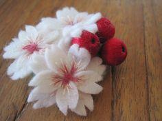 色彩のやさしい桜をモチーフにしたブローチです。桜の花びらは白いフェルトに3色の刺繍糸でピンクのアクセントをつけております。草の実は刺繍糸で作ったビーズを使用し...|ハンドメイド、手作り、手仕事品の通販・販売・購入ならCreema。