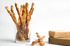 Esta receta de palitos de hojaldre con parmesano es ideal para tanto para fiestas, como para cumpleaños y tan sólo necesitamos tres ingredientes.