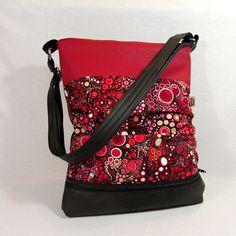 jana no.12- Effervescence červená koženková sportovní kabelka ušitá z černé a červené koženky a z oblíbené bavlněné látky s motivem koleček na předním díle ve spodní části menší zipová kapsa přední látkový díl je z bočních stran nařasený zapínání na zip uvnitř bavlněná látka dvě různě velké kapsy niklové komponenty posunovatelný popruh k ...