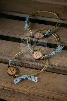 Μαρτυρικά βραχιόλια βάπτισης για αγόρι από κερωμένο λαδί κορδόνι, κορδέλα σιελ, χάνδρες και ξύλινο διακοσμητικό με σταυρό