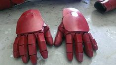 So here's a quick easy way of making Iron Man gloves that slip on and off comfortably and are very flexible. Items needed: -Cheap Grip/Garden Gloves. Iron Man Cosplay, Cosplay Diy, Halloween Cosplay, Halloween 2016, Halloween Makeup, Halloween Ideas, Cosplay Costumes, Iron Man Helmet, Iron Man Suit