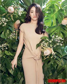 긴 기다림의 시간을 지나 이제는 활짝 핀 꽃처럼 화려한 시절을 보내는 배우 천우희. 그녀가 가슴속에 간직해온 이야기를 담담히 털어놓았다.
