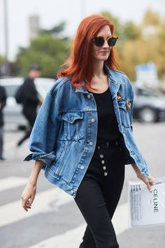 Denim blue and red hair is a gorgeous combination. See all the most covetable street style looks from Paris Fashion Week. Street Style Trends, Spring Street Style, Street Style Looks, Cool Street Fashion, Look Fashion, Fashion Outfits, Trendy Outfits, Girl Outfits, Fashion Week Paris