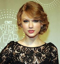 Taylor Swift Retro Updo and laced LBD Taylor Swift Make-up, Estilo Taylor Swift, Side Hairstyles, Retro Hairstyles, Wedding Hairstyles, Gorgeous Hairstyles, Formal Hairstyles, Wedding Updo, Celebrity Hairstyles