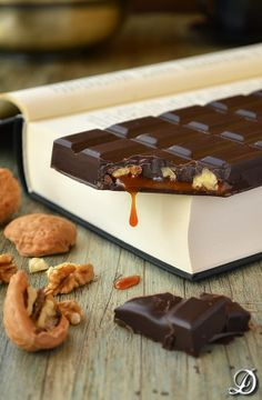 The best convinacion,chocolate and books Artisan Chocolate, Chocolate Sweets, I Love Chocolate, Chocolate Shop, Chocolate Bark, Chocolate Lovers, Chocolate Recipes, Chocolate Blanco, Bolos Naked Cake