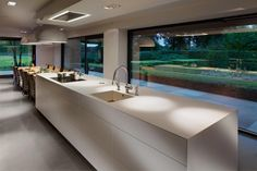 With the coming seasons interior design trends come and go. Here's a look at some new kitchen trends coming in on the horizon. Modern Kitchen Design, Interior Design Kitchen, Minimalist Kitchen, Cuisines Design, Traditional House, Home Deco, Home Kitchens, New Homes, House Design