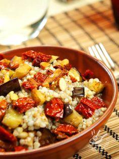 La Quinoa con melanzane e pomodori secchi è un piatto molto salutare adattissimo ai celiaci. Questo cereale contiene fibre e minerali preziosi.