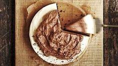 Viimeisen silauksen kakkuun luo maitosuklaavaahto.