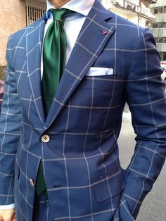 Comprar ropa de este look:  https://lookastic.es/moda-hombre/looks/blazer-camisa-de-vestir-pantalon-de-vestir-corbata-panuelo-de-bolsillo/1801  — Corbata de Seda Verde Oscuro  — Blazer de Tartán Azul Marino  — Camisa de Vestir de Seda Blanca  — Pañuelo de Bolsillo de Seda Blanco  — Pantalón de Vestir de Tartán Azul Marino