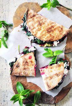 Glutenvrije quesadillas met avocado, rode biet, spinazie, geitenkaas, rode ui en munt. Een super lekkere, voedzame en glutenvrije lunch!
