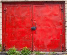 Weathered Beauty of 500 Colorful Garage Doors Withstanding the Test of Time - My Modern Met